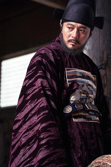 張東健 首度與 炫彬 合作,在《 屍落之城 》飾演朝廷重臣。