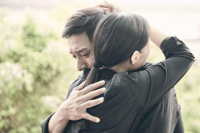 《 上岸的魚 》鄭人碩 跟 曾珮瑜 在片中相擁而泣,讓 賴國安 導演印象深刻。