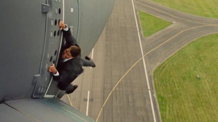 《 不可能的任務:失控國度 》 阿湯哥 攀上直升機的驚險畫面。