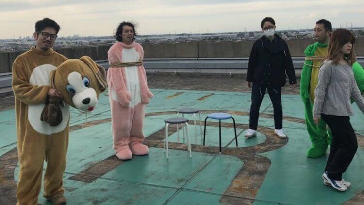《一屍到底》導演新片《伊索遊戲》海報中的奇妙布偶人,正是由上田慎一郎與另兩位聯合導演中泉裕矢、淺沼直也扮演。