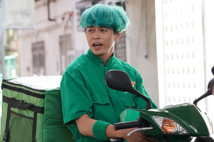 電影版《信用詐欺師 JP-浪漫篇-》中,東出昌大與夥伴從日本騙到香港去,更扭轉花瓶形象演技大提昇。