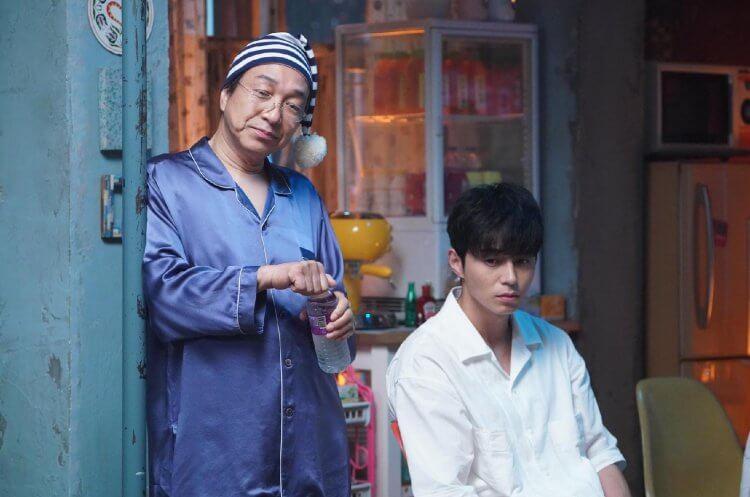 日劇熟面孔小日向文世在電影《信用詐欺師 JP》中和東出昌大有更多逗趣互動演出。
