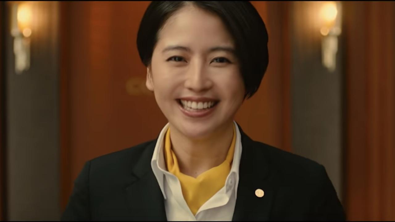 《 假面飯店 》中,飾演飯店櫃檯職員的 長澤雅美 。
