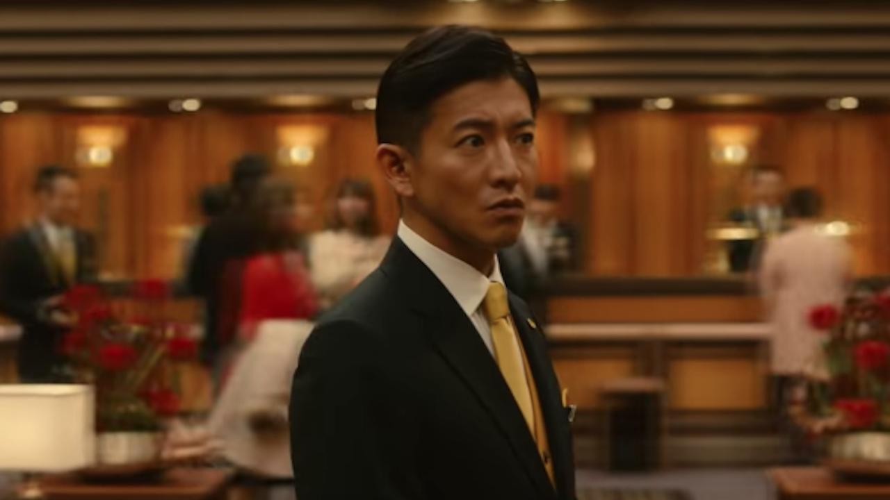 《 假面飯店 》中,飾演臥底刑警的 木村拓哉 。