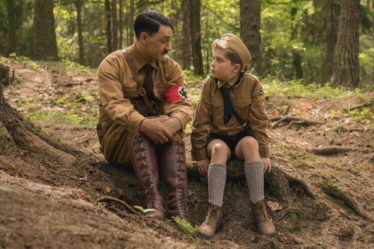 塔伊加維迪提自編自導自演的諷刺喜劇電影《兔嘲男孩》(Jojo Rabbit) 劇照,該片獲得金球獎提名等國際獎項好評,更有望前進奧斯卡。