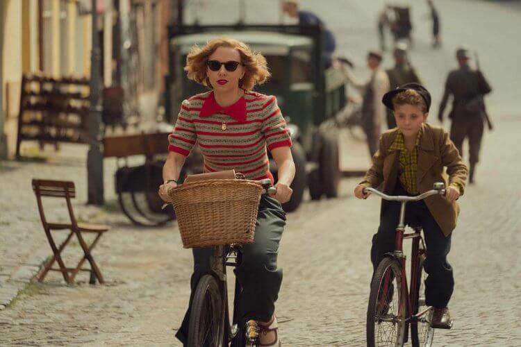 史嘉蕾喬韓森於塔伊加維迪提導演電影《兔嘲男孩》中飾演「喬喬弟」的母親。
