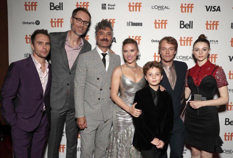 《兔嘲男孩》劇組出席多倫多影展,導演塔伊加維迪提與史嘉蕾喬韓森以及「男孩喬喬」羅曼格里芬戴維斯。