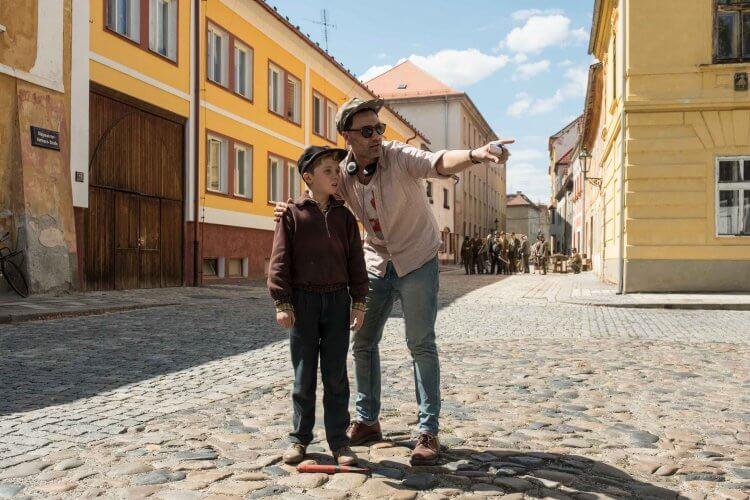 以二戰時代為背景的電影《兔嘲男孩》拍攝現場,「男孩喬喬」羅曼格里芬戴維斯與導演塔伊加維迪提。