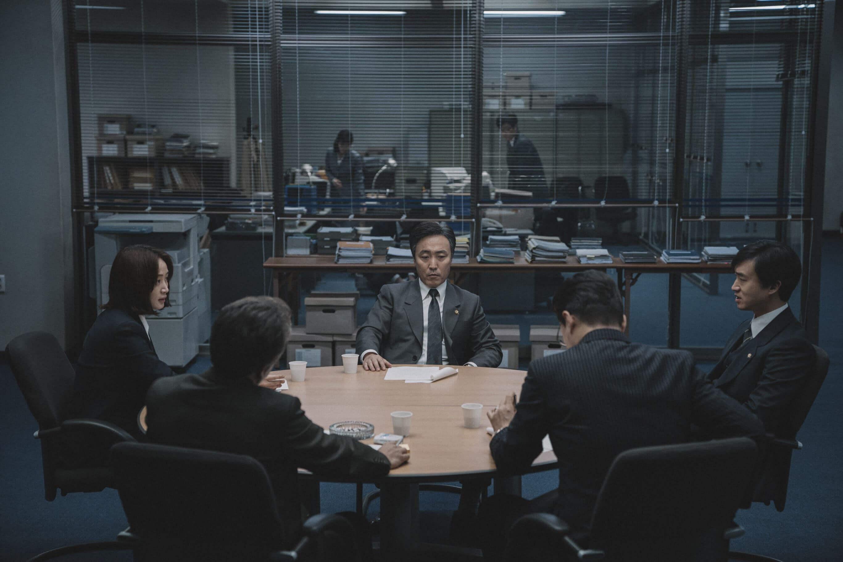 《分秒幣爭》中,國家破產前夕的圓桌會議。