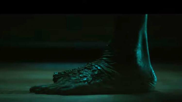 《在黑暗中說的鬼故事》預告片中可見到「大拇指」怪物。