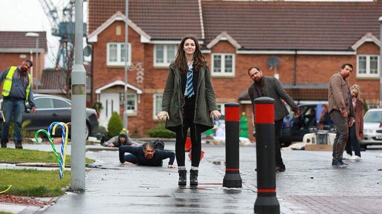 艾娜杭特 (Ella Hunt) 在《安娜與世界末日》片中渾然不覺地走在喪屍街頭。
