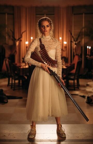 《弒婚遊戲》以新娘葛雷絲身上的新娘服創作出 17 種變化,詮釋整晚恐怖躲貓貓的遊戲歷程。