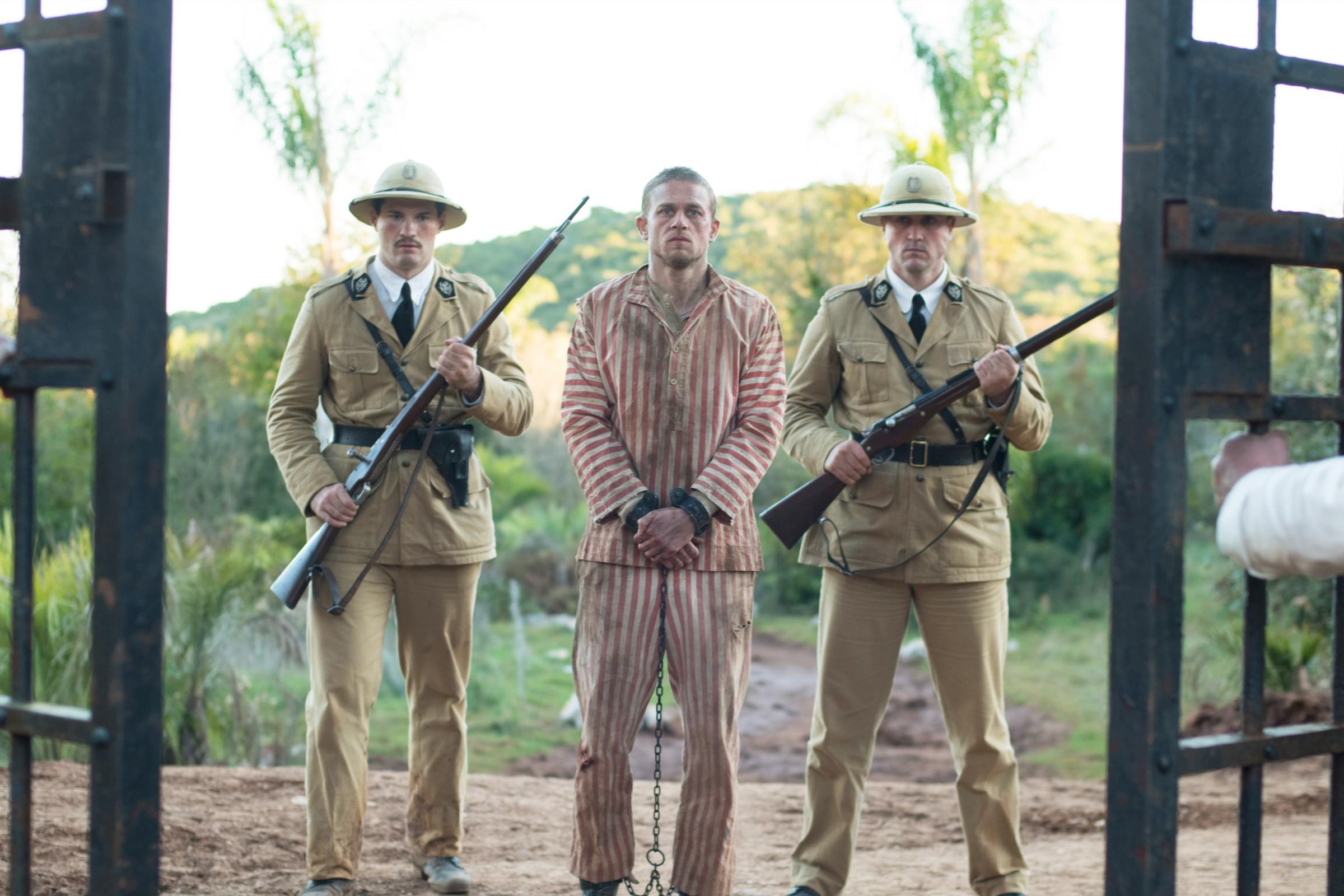 《 惡魔島 》由 查理漢納 飾演的「 巴比龍 」被關進 惡魔島監獄 。