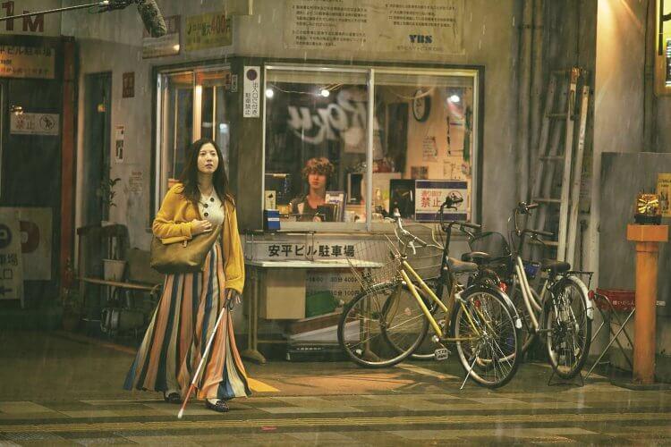 《想見你的愛》劇照02-吉高由里子為戲特別去盲人學校學習,還在家蒙眼練習走路、下廚