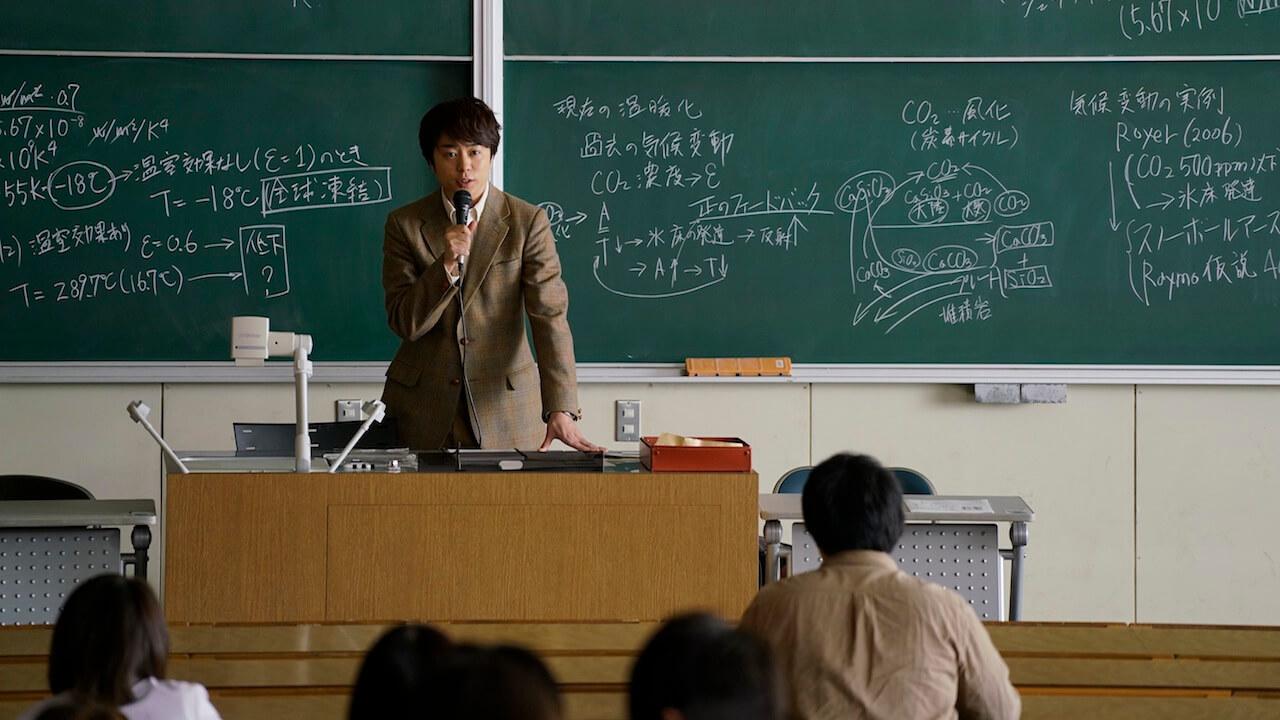 日本 傑尼斯 天團「 嵐 」的成員 : 櫻井翔 在《 拉普拉斯的魔女 》片中飾演協助偵破案件的清江教授。