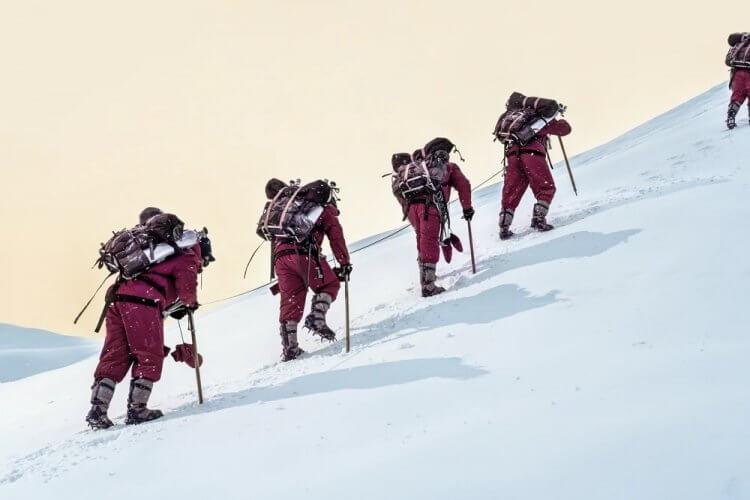 電影《攀登者》演員於零下 20℃ 場景跋涉,背負重物,搏命演出只為還原極限環境的真實感。