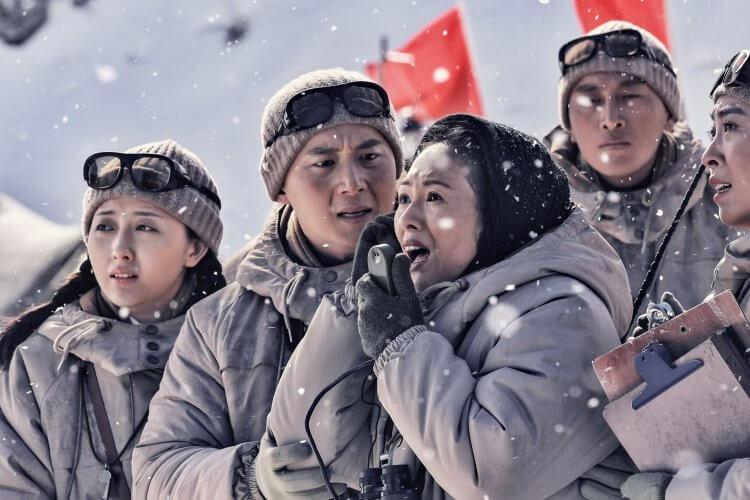 現已全面數位上架供線上看的電影《攀登者》片中,章子怡飾演氣象專家徐纓。