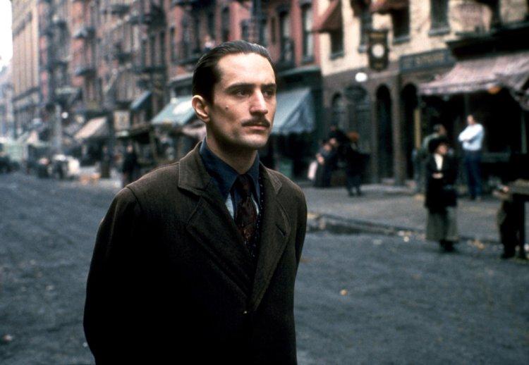勞勃狄尼洛在《教父 II》中飾演一代教父維托年輕的時候。
