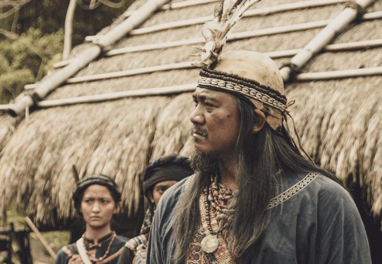 被遺落的一族,從服裝一窺《斯卡羅》的人物秘密:「卓杞篤」 身上的熊鷹羽毛。