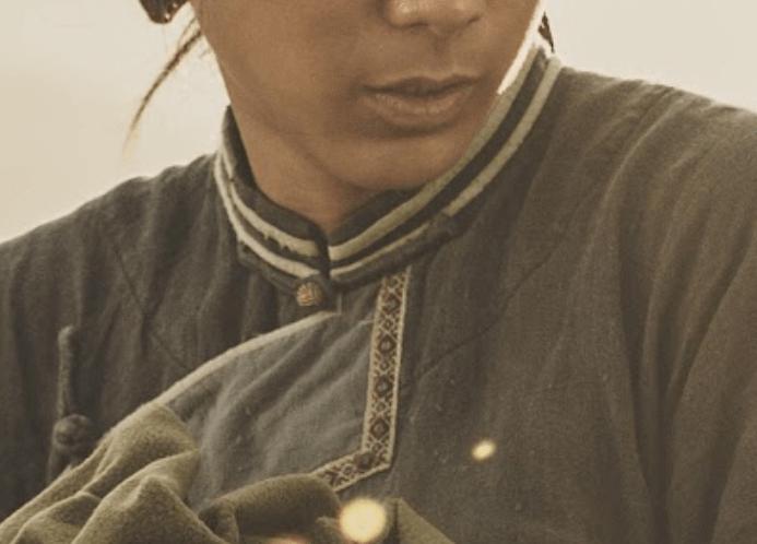 被遺落的一族,從服裝一窺《斯卡羅》的人物秘密:「蝶妹」胸前織帶圖樣「闌干」接近原住民的文化風格。