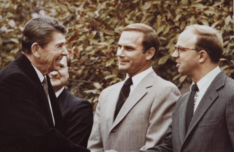 雷根總統(左)與傑克惠勒(右)。
