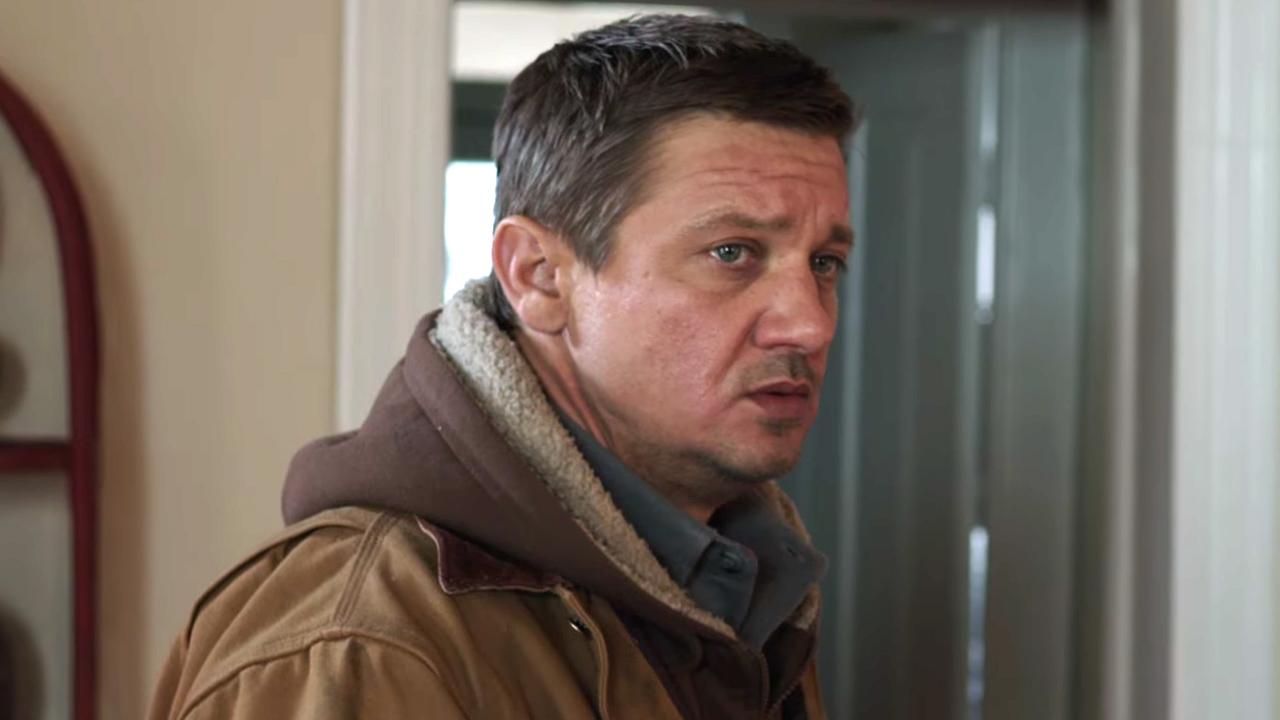 電影《 極地追擊 》中,以「 鷹眼 」一角為人眾知的演員 傑瑞米雷納 於此片飾演一位不幸喪女的獵人。