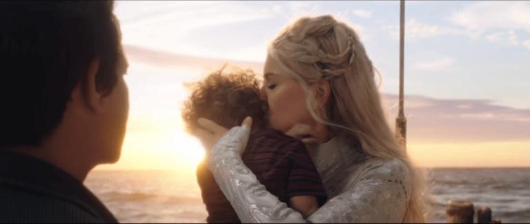 《水行俠》中,由妮可基嫚飾演的亞特蘭娜女王向小小亞瑟吻別的畫面。