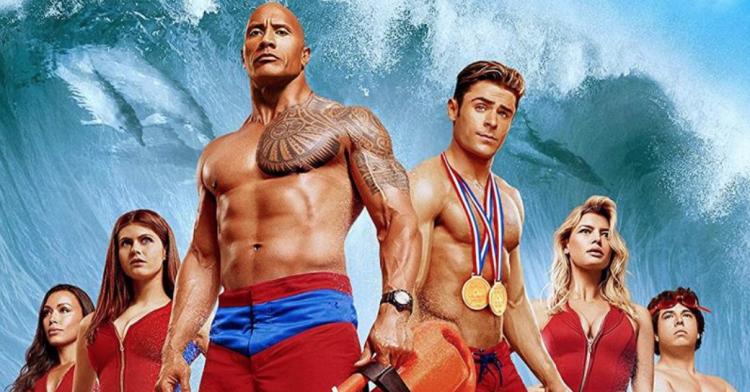 改編自 90 年代經典影集《海灘遊俠》的電影《海灘救護隊》由巨石強森監製主演。
