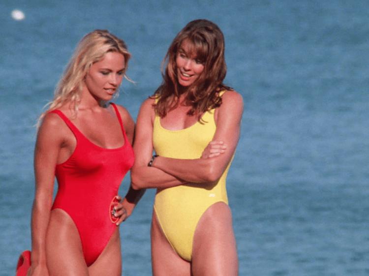 演出 90 年代經典影集《海灘遊俠》的影星潘蜜拉安德森(左)也表示不喜歡 2017 年電影《海灘救護隊》。