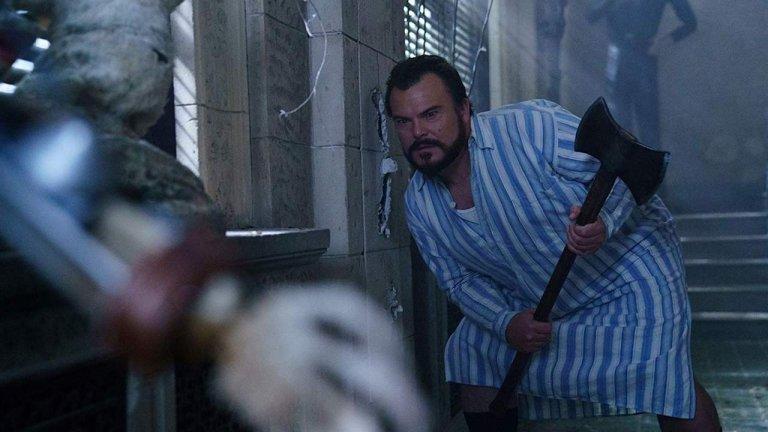 《滴答屋》中傑克布萊克拿著斧頭的畫面。