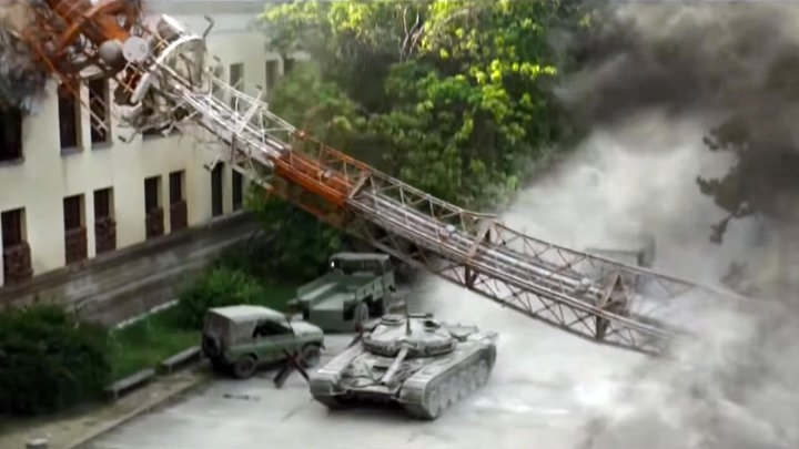 《 潛龍突擊隊 》片中敘述擁有矯健伸手的專業武裝菁英,為了納粹埋藏的黃金寶藏所引發的一連串事件。