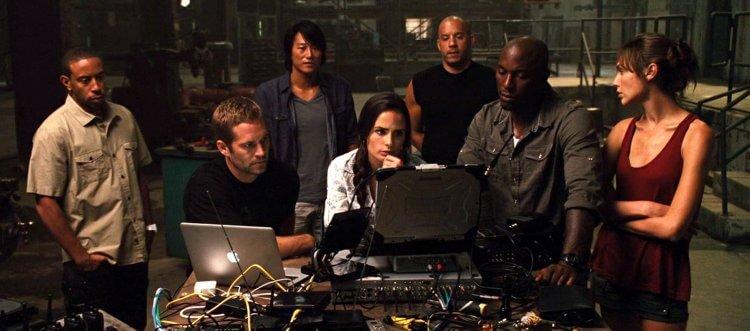 你心中經典的「玩命家族」成員有誰呢?《玩命關頭》(Fast & Furious) 系列電影劇照。