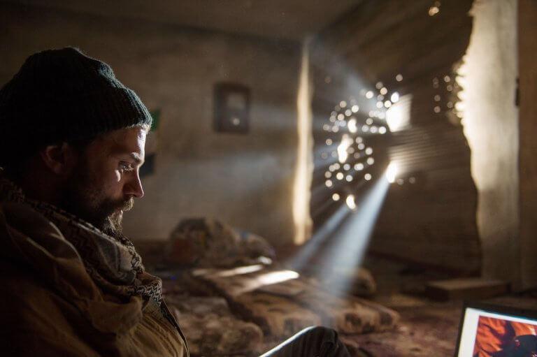 《私人戰爭》傑米道南一甩前作西裝筆挺形象,蓄鬍詮釋戰場攝影記者