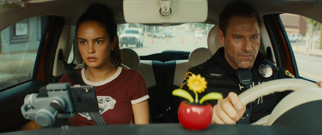 寇特妮伊頓與亞倫艾克哈特主演的警匪動作電影《絕命直》3/27 起在台灣上映。