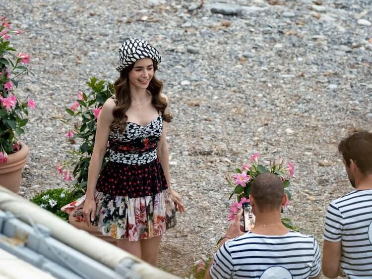 《艾蜜莉在巴黎》第二季片場照。
