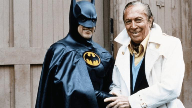 「蝙蝠俠之父」鮑勃肯恩與電影中的蝙蝠俠合影。
