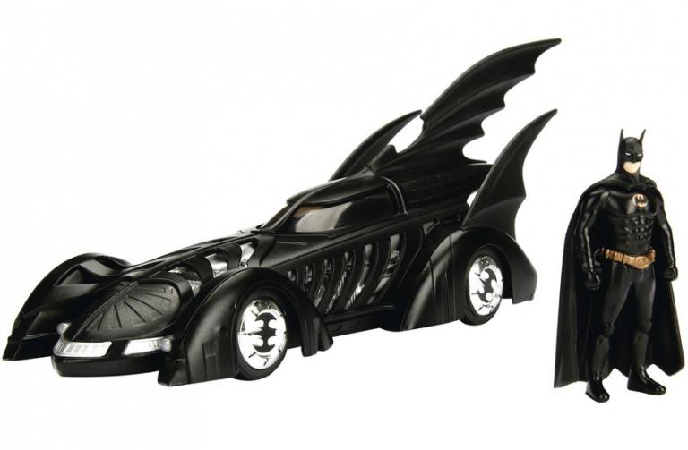 以《蝙蝠俠 3》中的造型打造的蝙蝠車與蝙蝠俠玩具。
