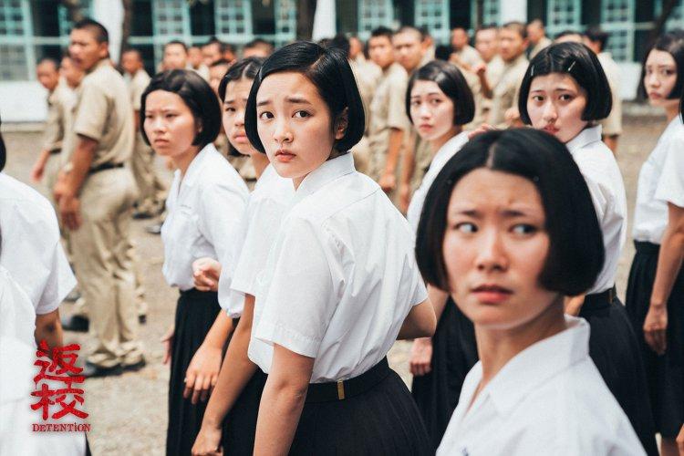 台灣原創恐怖遊戲改編的真人版電影《返校》劇照中,王淨所飾演的方芮欣在學校看見憲兵到校。
