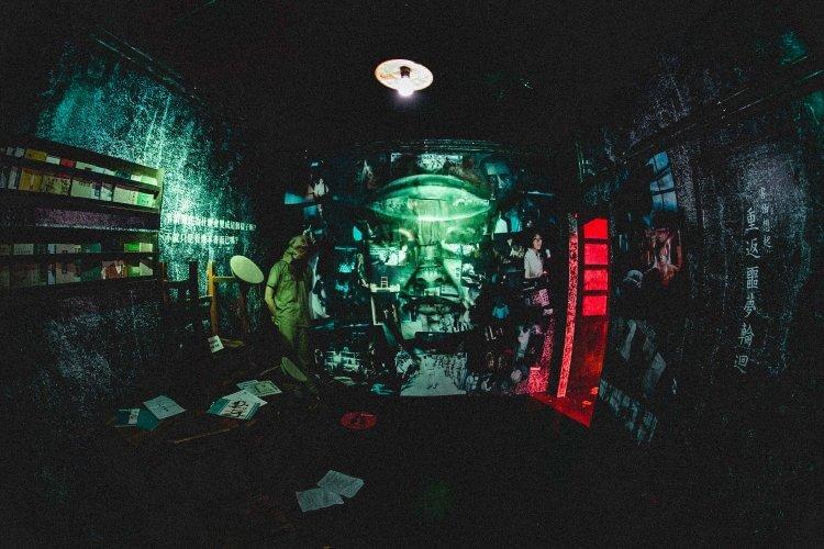 為宣傳《返校》,片商特邀藝青會的傅星翰,設計如防空洞教官牆面等重現電影背景的壓抑氛圍空間。