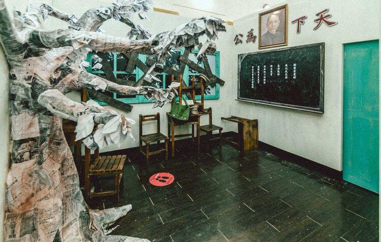 為宣傳《返校》,片商特邀藝青會的傅星翰,設計如教室裡的自由之樹等重現電影背景的氛圍空間。