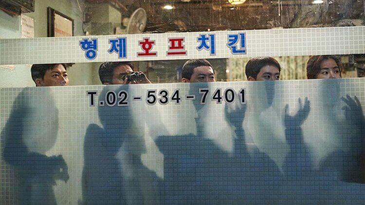 韓國動作喜劇電影《雞不可失》劇照,緝毒小隊的成員們誤打誤撞做起了炸雞生意,還要賣命抓毒販。