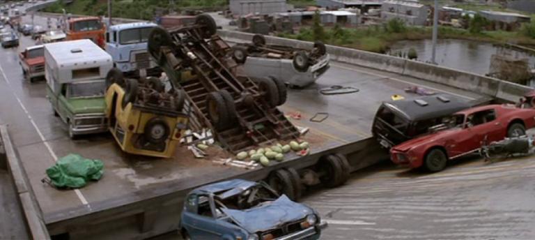 《驚心動魄撞死你》開場的大橋升起橋段還蠻刺激的。