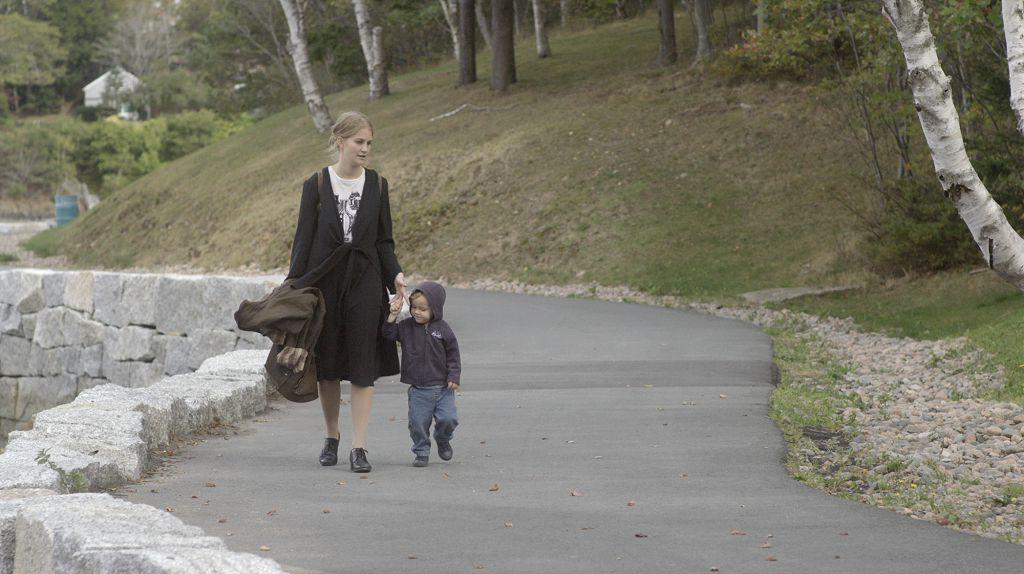 《 驚神時光屋 》 片中,寡婦貝絲帶著兒子洛恩,來到遺世獨立的海邊小屋展開療傷新生活,但怪事卻接二連三發生……
