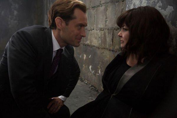 電影 《 麻辣賤諜 》中, 裘德洛 和 瑪莉莎麥卡錫 有閃光感情戲。