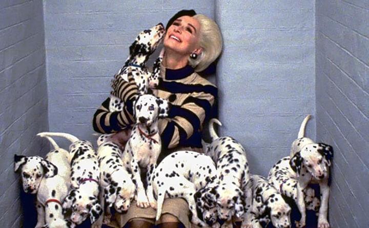 《101 忠狗》1996 年的真人版電影中由葛倫克蘿絲飾演庫伊拉。