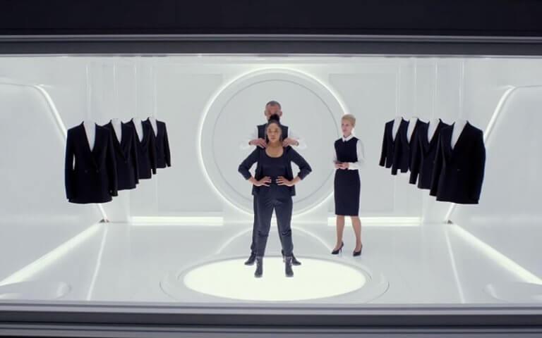 《MIB星際戰警:跨國行動》預告中,泰莎湯普森變身探員 M 一刻,探員 O 的經典台詞「We are a rumor.」也如出一轍。