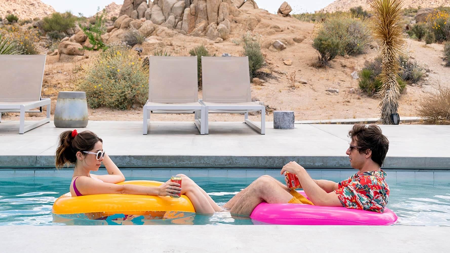 《Palm Springs》安迪山伯格與克莉絲汀米利歐提。