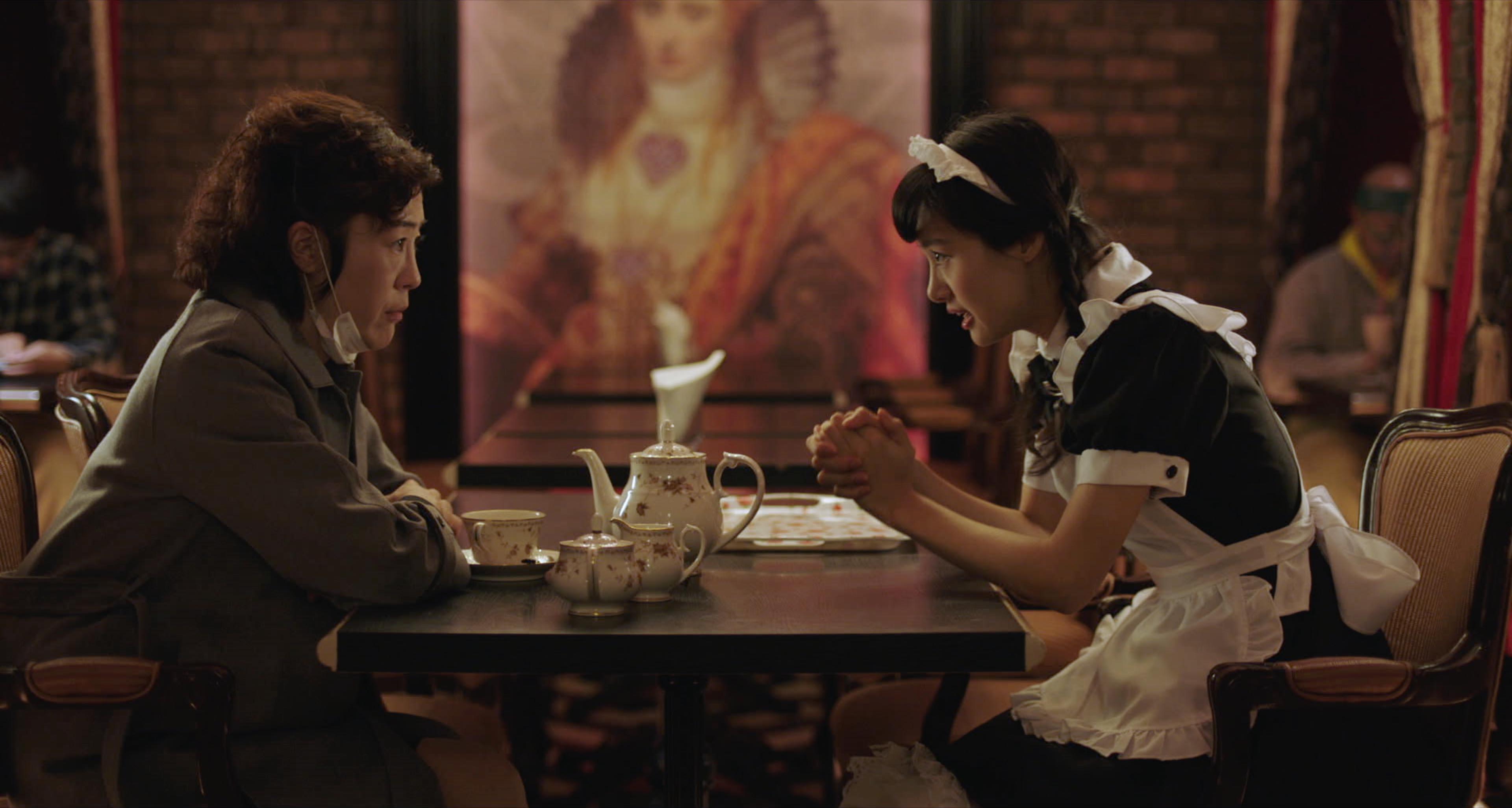 忽那汐里 在《 喔!露西 》中的 女僕 打扮。