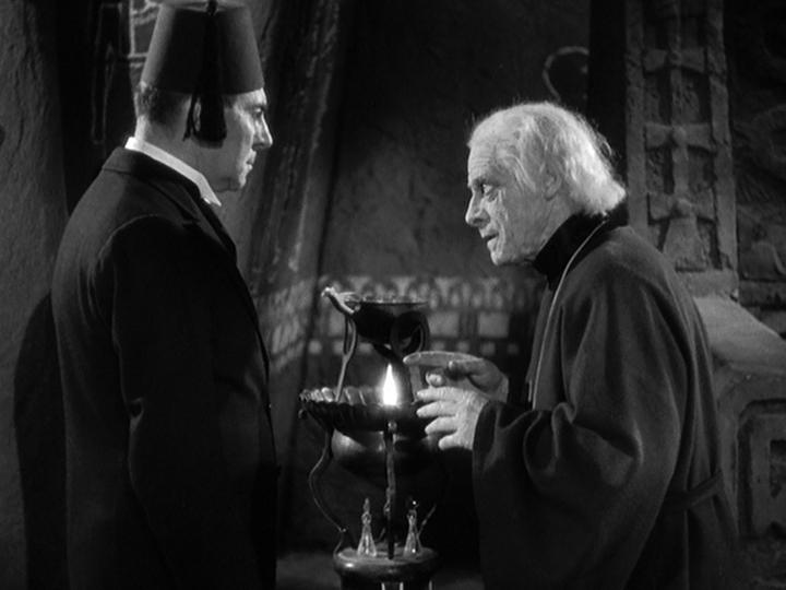 《 木乃伊之手 》 劇照 ,老巫師 (右) 正向接班人講述遊戲規則。
