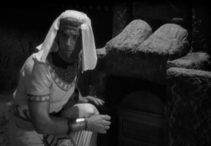 《 木乃伊之手 》 劇照 ,偷拿東西天在看。
